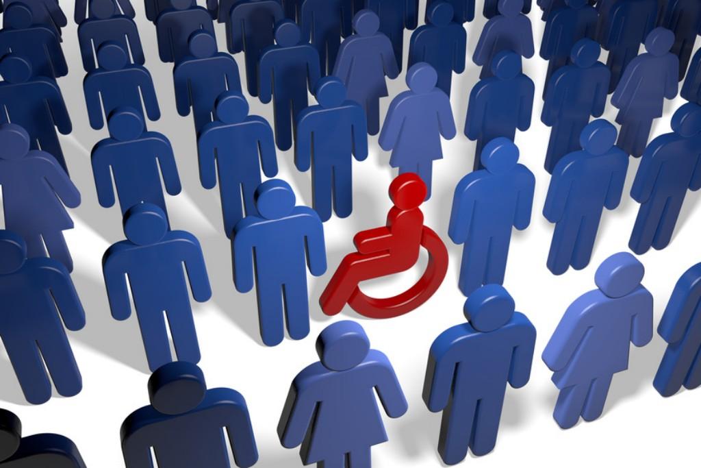 Rollstuhlfahrer in einer Gruppe vieler Menschen